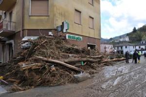 Alluvione Genova, barricata in strada per protesta (foto Ansa)