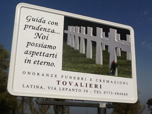 """Pontina, cartellone agenzia funebre: """"Guida con prudenza. Noi possiamo aspettarti in eterno"""" FOTO"""