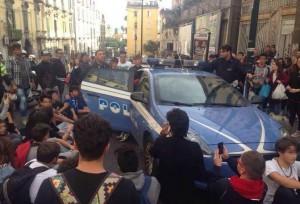 Napoli, studenti liceo Vico circondano volante della Polizia VIDEO