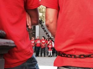 Meridiana, dipendenti incatenati in piazze di sei città contro i licenziamenti