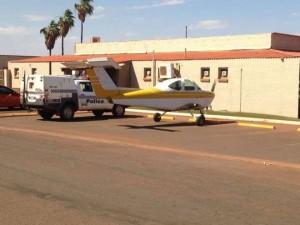 Australia. Pilota parcheggia aereo in strada: voleva una birra al pub...