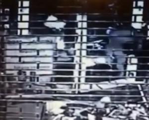Olanda, auto usata come ariete contro negozio investe uno dei rapinatori VIDEO