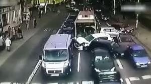 Polonia, autista bus sviene alla guida. Maxi tamponamento VIDEO