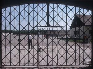 Dachau, rubata targa Arbeit macht frei all'ingresso del lager