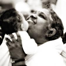 Mata Amritanandamayi, la santona indiana che ha abbracciato 32 milioni di persone