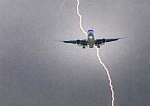 Maltempo, atterraggio di emergenza a Fiumicino: aereo colpito da un fulmine