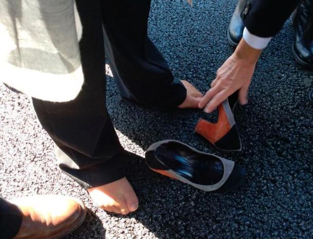 Savona, corre da Renzi senza scarpe. Il premier l'aiuta a rimetterle FOTO