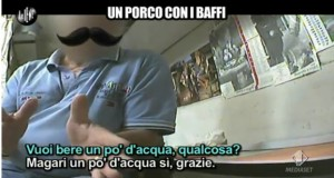 Napoli: filmato da Le Iene mentre spia ragazze in bagno, rischia linciaggio