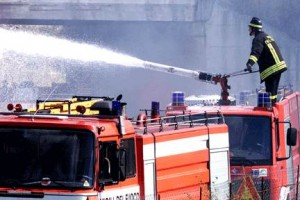 Guarda la versione ingrandita di San Lorenzello (Benevento): brucia capannone, incendio in area di 3000mq