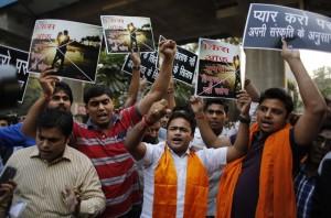 India: Kiss of love a New Delhi, conservatori bloccano tutto VIDEO