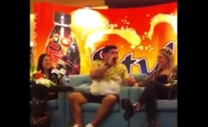Diego Armando Maradona, serenata a Rocio per farsi perdonare le botte VIDEO