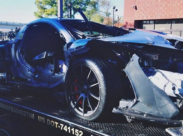 Usa, compra McLaren da 1 mln di dollari e va a schiantarsi contro il guard rail 02