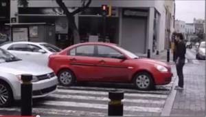 Fermo al semaforo su strisce: pedone immobile davanti l'auto per protesta