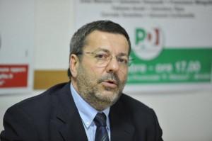 Mimmo Consales, sindaco Brindisi, in fiamme la sua auto. Lui: Non mollo