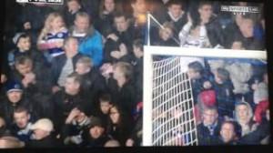 Yaya Toure, pallonata in faccia a tifosa durante Qpr-Manchester City VIDEO