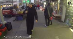 Ragazza con hijab passeggia per 5 ore a New York: silenzio e zero molestie VIDEO
