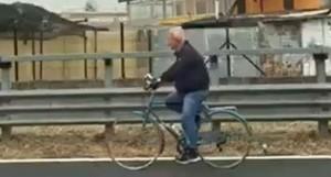 Napoli, in bicicletta sull'autostrada: il video del lettore del Mattino