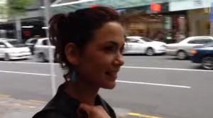 Modella passeggia per le vie di Auckland: in Nuova Zelanda zero molestie VIDEO