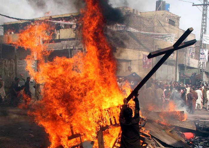Pakistan: 2 giovani cristiani bruciati vivi. Hanno strappato pagine Corano FOTO