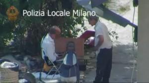 Mendicante senza una gamba picchiato da Rom. Il video choc a Milano