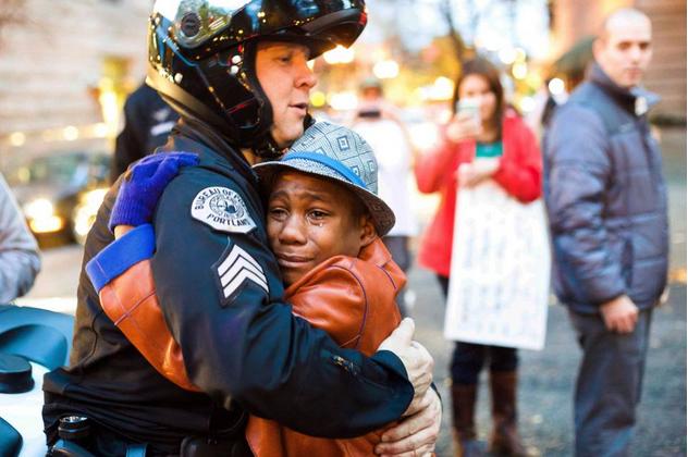 Ferguson, ragazzo nero piange e abbraccia poliziotto: la foto fa il giro del web