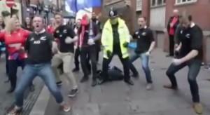 Poliziotto gallese balla la Haka dei maori in mezzo alla strada VIDEO