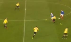 Perde gli scarpini in campo: passa la palla al compagno che segna VIDEO
