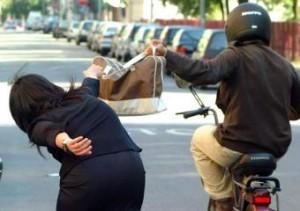 Napoli, senegalese difende turista francese da scippo ma folla lo minaccia
