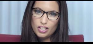 """The Playstation Doctor"": sexy dottoressa promuove videogame, Sony ritira spot"