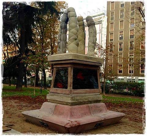 """Milano, statua con 4 peni giganti. """"Sono le 4 sentinelle di Gavin Kenyon"""" FOTO"""