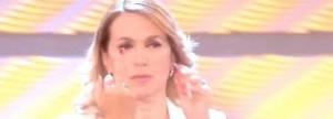Berbara D'Urso gaffe: dito medio mentre si parla di Elena Ceste VIDEO