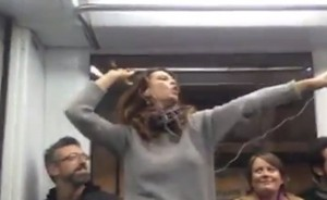 Roma, si alza e canta Robin Hood in metro VIDEO