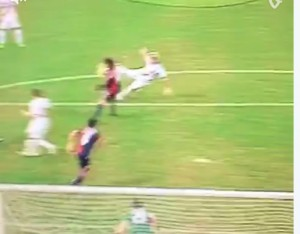 Radja Nainggolan video gol rovesciata in Genoa-Roma: rete da cineteca