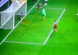 Video. Legia-Trabzonspor, gol più difficile storia: palla non entra mai
