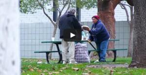 VIDEO YouTube: regala 100 dollari a senzatetto. Lui compra cibo per gli amici VIDEO