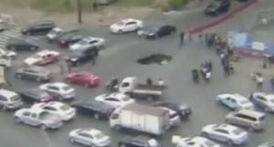Cina, voragine in strada, auto viene risucchiata dentro VIDEO
