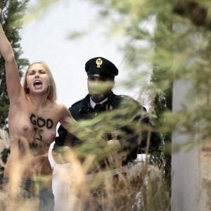 Femen a S. Pietro, liberata Iana Azhdanova. Ma non potrà rientrare in Vaticano