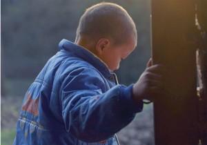 Kun kun: 8 anni, mollato da madre e padre, cacciato dal nonno. Ha l'Hiv