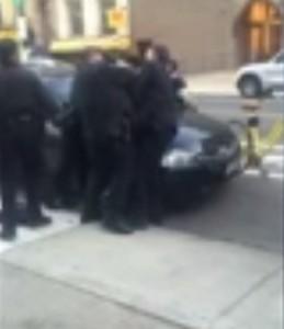 New York, poliziotto in borghese picchia dodicenne di colore VIDEO