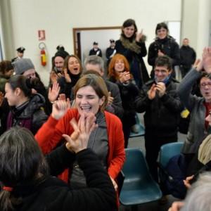 Attivisti No Tav esultano in aula (foto Ansa)