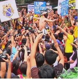 Tutti di corsa nudi nel campus universitario di Manila