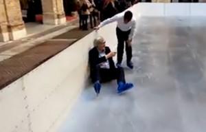 Vittorio Sgarbi finisce a terra con i pattini ai piedi