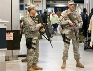 Poliziotti armati di fucili automatici a New York