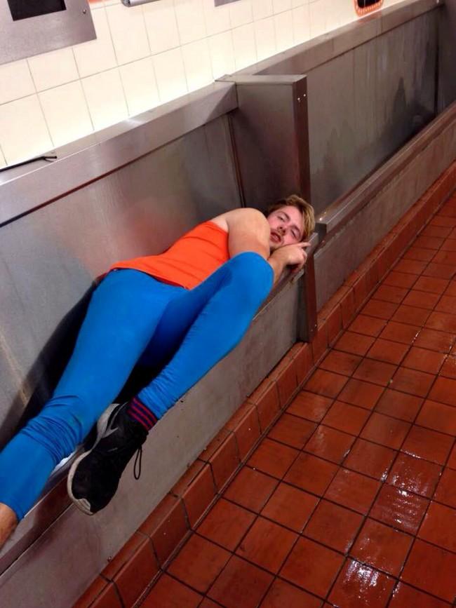 Gb, ragazzo ubriaco sdraiato nell'orinatoio del bar dell'università FOTO
