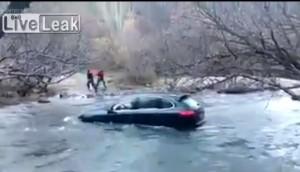 Nel fiume col Porsche Cayenne: suv va nel fondo e viene trascinata da corrente