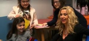 Valeria Marini distribuisce regali ai bambini ricoverati al Gaslini di Genova