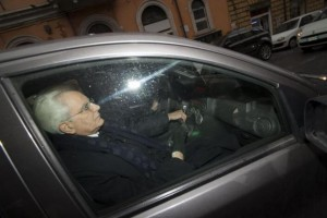 Sergio Mattarella lascia la Consulta a bordo di una Panda grigia FOTO