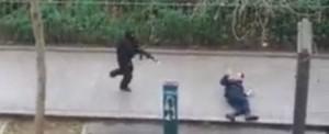 Charlie Hebdo, VIDEO YouTube: terroristi sparano su vittime