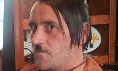 Germania. Leader partito anti Islam posa vestito da Hitler e si dimette. FOTO