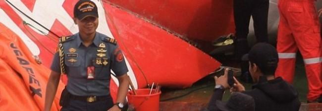 Air Asia, selfie del militare sorridente sul luogo della tragedia01